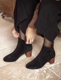 Triangle heel - Black with golden nails